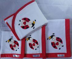 Kit Completo com 4 Peças: <br> <br>*Cueiro em flanela com barrado e aplique em tecido 100% algodão. <br>Medidas 80cm x 80cm <br> <br>*Fralda de Boca em tecido duplo (04 camadas para melhor absorção) 100% algodão com patch apliquée. <br>Medidas 35cm x 35cm <br> <br>*Fralda de Ombro em tecido duplo (04 camadas para melhor absorção) 100% algodão com patch apliquée. <br>Medidas 35cm x 70cm <br> <br>*Fralda de Banho em tecido duplo (04 camadas para melhor absorção) 100% algodão com patch…