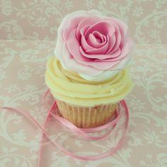 Cupcake vintage con decoración de rosa