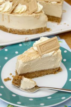 Caramelly and Chocolatey No-Bake Caramac Cheesecake – a Caramac Filling with a Buttery Biscuit Base and delicious decorations! The other day I posted my recipe. Caramac Cheesecake, Baked Cheesecake Recipe, Cheesecake Desserts, No Bake Desserts, Just Desserts, Delicious Desserts, Yummy Food, Caramac Cupcakes, Caramac Cake
