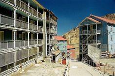 """sewell-chile-3[2]. Vista parcial de los edificios destinados a albergar a los trabajadores y sus familias, denominados también como """"palomeras""""."""