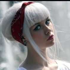 this is exactly why i'm obsessed with both platinum hair & bangs.