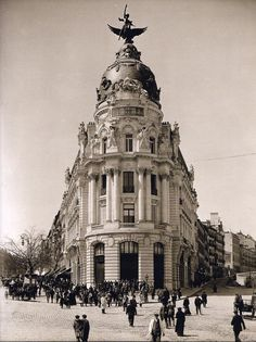 Vintage Spain: The Metropolis Building in Madrid, just after construction concluded in Best Hotels In Madrid, Foto Madrid, Madrid Travel, Vintage Architecture, Neoclassical Architecture, Classic Architecture, Old Pictures, Valencia, Ancient Architecture