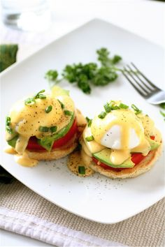 A classic brunch dish gets a healthy makeover in this recipe for California Eggs Benedict With Sriracha Hollandaise. Also, skinny maple bacon cinnamon rolls & lots of other Mother's Day brunch recipes! Brunch Recipes, Breakfast Recipes, Vegetarian Breakfast, Avocado Breakfast, Brunch Menu, Vegetarian Eggs Benedict Recipe, Mexican Breakfast, Recipes Dinner, Breakfast Ideas