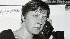 Die heutige Bundeskanzlerin Angela Merkel mit einem Steinzeit-Handy