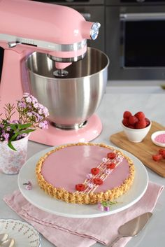 Pink October – Raspberry panna cotta pie – Anne-Sophie – Fashion Cooking – Famous Last Words Tart Recipes, Cupcake Recipes, Sweet Recipes, Cupcake Cakes, Dessert Recipes, Fancy Desserts, Köstliche Desserts, Delicious Desserts, Yummy Food