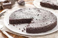 La torta al cioccolato senza farina è un dolce semplice da realizzare, dalla consistenza morbida e compatta, adatta ai celiaci.