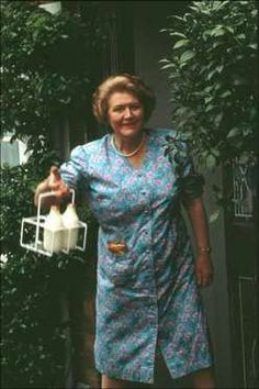 Hyacinth Bucket :: Keeping Up Appearances--Her efforts are hilarious. British Tv Comedies, British Comedy, Classic Comedies, British Actors, English Comedy, Fools And Horses, Keeping Up Appearances, British Humor, Comedy Tv