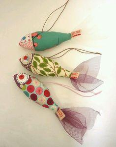 Superbenzin qua Mobile oder Sommerdeko am Fenster (im Schwarm) - - Fabric Crafts - Yorgo Angelopoulos Fabric Toys, Fabric Art, Fabric Scraps, Felt Crafts, Diy And Crafts, Kids Crafts, Arts And Crafts, Sewing Toys, Sewing Crafts