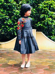 Sewing blouse tutorial little girls 41 ideas Girls Frock Design, Kids Frocks Design, Baby Frocks Designs, Frocks For Girls, Little Girl Dresses, Girls Dresses, Kids Dress Wear, Kids Gown, Baby Dress
