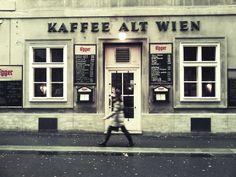 Kaffee Alt Wien, Bäckerstrasse. Es wurde ursprünglich von Leopold Hawelka und dessen Frau gegründet (1936), bis sie drei Jahre später das Café Hawelka in der Dorotheergasse gründeten. Das Alt Wien hat seine Charakter als Künstlercafé behalten.