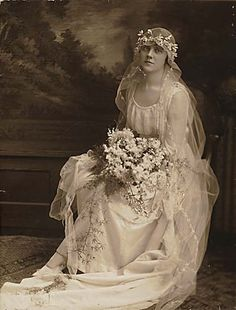 This pretty bride's wedding dress from 1915 is a simple dress made of silk and tulle, with lace panels and a round neckline. Image by Vancouver 125 - The City of Vancouver (CC-BY). Images Vintage, Vintage Wedding Photos, Vintage Bridal, Vintage Weddings, Country Weddings, Lace Weddings, Wedding Bride, Wedding Day, Wedding Dresses