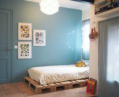Un lit réalisé à partir de palettes Decoration, Toddler Bed, Table, Inspiration, Furniture, Home Decor, Monkeys, Sheep, Followers