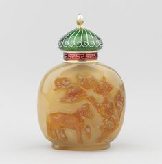 Snuff bottle, Fabergé, circa 1913, Chinese agate, gold, enamel and pearl.