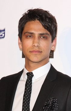 "Série :  Skins Luca Giuseppe Pasqualino (Luke Pasqualino) is a British actor. His parents were both born in England. All of his grandparents were Italian. He has said: ""My dad's half of the family are all Sicilian, and on my mum's side I'm Neapolitan, so it's an interesting mix. I've been to Sicily once, and to Naples about five or six times. I'm really proud of my Italian heritage."""