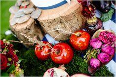decoração mesa de doces com frutas vermelhas, troncos e musgo.
