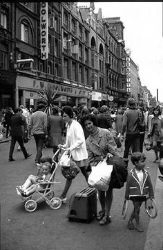 Henry Street, Dublin Ireland Pictures, Images Of Ireland, Old Pictures, Old Photos, Pit Girls, Ireland Homes, Dublin City, Irish Celtic, Dublin Ireland