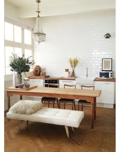 Get inspired by these dining room decor ideas! From dining room furniture ideas, dining room lighting inspirations and the best dining room decor inspirations, you'll find everything here! Home Interior, Kitchen Interior, Kitchen Decor, Interior Decorating, Kitchen Dining, Dining Area, Open Kitchen, Apartment Kitchen, Studio Apartment