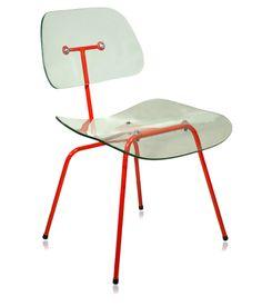 Rara e original cadeira, design Charles & Ray Eames. Fabricada na década de 60 por Vitrais Conrado Sorgenicht S.A. Encosto e assento em vidro moldado.    www.desmobilia.com.br