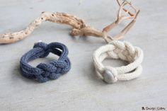 Bracelet de tricotin tressé en pure laine fermé par un petit galet servant de bouton. Réalisé avec de la laine dagneau de prés salé nous vient tout droit dune petite ferme de la baie de Somme, une laine de très belle qualité, douce et légère.  Disponible en 2 coloris, bleu ou écru.  La circonférence du bracelet est environ de 21cm.  Attention ! Ces bracelets étant vendu en plusieurs exemplaires, il est possible que le galet soit différent de celui montré sur la photo.  Tous les articles sont…