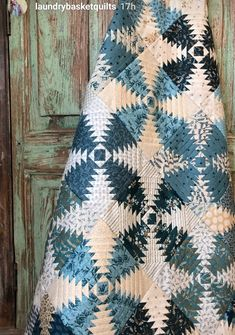 Love this quilt Log Cabin Quilt Pattern, Log Cabin Quilts, Log Cabins, White Quilts, Blue Quilts, Scrappy Quilts, Pineapple Quilt Pattern, Pineapple Quilt Block, Quilting Room