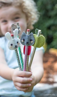 How cute are these Kid's Felt Pencil Toppers! I love fun and easy craft projec. - How cute are these Kid's Felt Pencil Toppers! I love fun and easy craft projec. You and the kids can make these adorable felt pencil toppers using these fab patterns fro Sewing Projects For Kids, Easy Craft Projects, Sewing For Kids, Diy For Kids, Felt Projects, Sewing Crafts, Sewing Ideas, Sewing Patterns, Craft Ideas