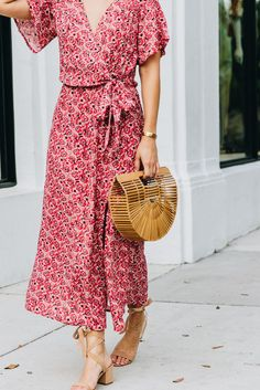 We've rounded up five ways to rock this season's hottest bag trend. Match a straw bag with a classic midi dress and flat sandals for an easy, spring-approved look. Alternatively, pair with a silk blou Spring Summer Fashion, Spring Outfits, Spring Clothes, Spring Style, Spring Wear, Spring Dresses, Summer Outfit, Floaty Summer Dresses, Flowery Dresses