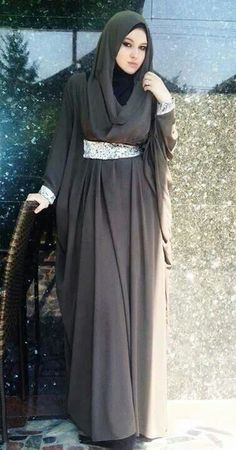 Hijab Fashion 2016/2017: Sélection de looks tendances spécial voilées Look Descreption Abaya Hijab Fashion 2016, Muslim Women Fashion, Islamic Fashion, Abaya Fashion, Modest Fashion, Hijab 2016, Style Fashion, Muslim Dress, Hijab Dress