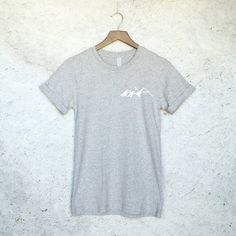 Montagnes Tee T-Shirt-randonnée montagnes de par WildHeartsUSA