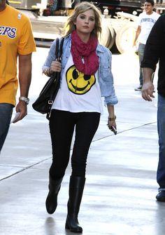 5fb6fcc446f11c Ashley Benson Fashion Style  slub smile graphic tee, blk skinny jean,  burgundy infinity