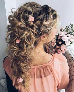 Penteado para noiva cacheada com cabelo meio preso e flores