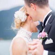 Romantischer Haarschmuck für die lässige Brautfrisur. Braut Julia trägt unsere zarte Seidenblüte FEE aus feinster Organzaseide in ihrer schönen Brautfrisur. www.bellejulie.de , fotografiert von @birgitroschach hair & make-up brautzauber.de