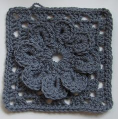 Monotone ~ Bulky Granny Square with Flower : Free Pattern - Google Translate