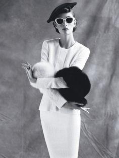 Жакет из хлопка и шелка, юбка, все — Oscar de la Renta; берет, Heather Huey; очки, Marc Jacobs; боа из меха лисы, Pologeorgis; кольцо, аметисты, бриллианты, оникс, Cartier