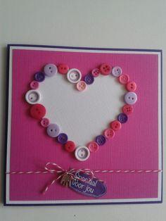 Kaart met hart van knopen in roze.wit.paars met koordje.