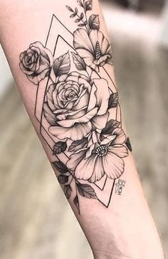 You will get a tattoo and are thinking of a rose tattoo? Then read our article on rose tattoo meaning and ideas to inspire! Cute Thigh Tattoos, Baby Tattoos, Forearm Tattoos, Body Art Tattoos, Tatoos, Female Tattoos, Tattoo Drawings, Floral Back Tattoos, Flower Tattoo Arm