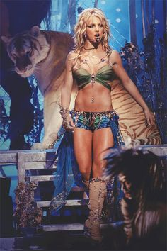britney spears, vmas, mtv, 2000s, 2001, i'm a slave for u, music. Those abs and legs!!
