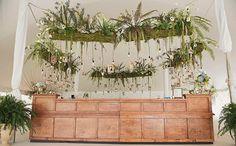 Casando em um jardim | Folhas naturais em cima do bar