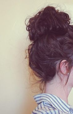 Best Messy Bun Hairstyles – Our Top 10 When you were a kid, I'm sure your mother did everything she could to make sure your hair never looked messy. But now that you're all grown up, messy hair is the trendiest look to sport! Messy Bun Hairstyles, Pretty Hairstyles, Teenage Hairstyles, Style Hairstyle, Latest Hairstyles, Hairstyles Haircuts, Curly Hair Styles, Natural Hair Styles, Natural Curls