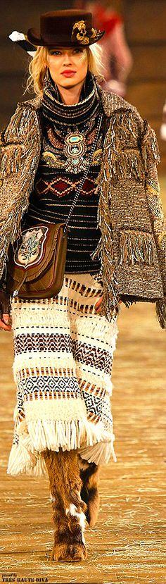 Я продолжаю делиться подборками из самых интересных фотографий, которые я нашла. На этот раз решила остановиться на бохо-стиле, но, в продолжение прошлой публикации о вязаных вещах — подобрать бохо-наряды в вариантах с использованием трикотажа и ручного вязания. Честно скажу, бохо не был в числе моих любимых стилей одежды, так что мой взгляд на найденное изобилие пока остается свежим.