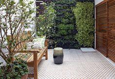 No quintal, o jardim vertical foi a solução da arquiteta Daniela Ruiz para trazer o verde e ainda assim preservar o espaço livre. Entre as espécies, há peperômias, lambaris, heras, flores-de-maio e peixinhos  Victor Affaro / Casa e Jardim