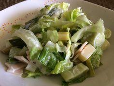 Una preparación rápida que sirve como cena o entrada para el almuerzo. Ingredientes: 3 puerros 1 taza de lechuga Aceitunas verdes Queso maduro Jamón de pavo Mayonesa Sal y aceite … Queso, Celery, Cabbage, Food, Mayonnaise, Olives, Lettuce, Oil, Breakfast