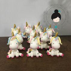 "297 Likes, 12 Comments - Karina Ishida Biscuit (@karinaishida_biscuit) on Instagram: ""Mais um unicornio 😍#unicornios #topodebolo #velapersonalizada #coldporcelain #biscuit #ideiasfestas…"""