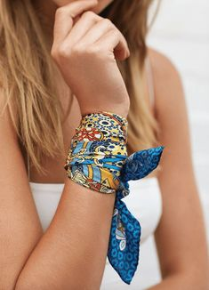 Ways To Wear A Silk Scarf silk scarf worn around wrist. Different ways to wear a silk scarfsilk scarf worn around wrist. Different ways to wear a silk scarf Ways To Wear A Scarf, How To Wear Scarves, Hair Accessories For Women, Fashion Accessories, Fashion Jewelry, Fashion Scarves, Fashion Outfits, Scarf Outfit Summer, Outfit With Scarf