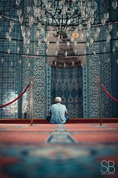 Prayer session in Rustem Pacha mosque / Rüstem Paşa Camii (Istanbul Muslim Images, Muslim Pictures, Islamic Images, Islamic Pictures, Mosque Architecture, Love In Islam, Blue Mosque, Beautiful Mosques, Islam Muslim