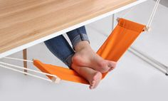 Constructed from a piece of canvas connected to a series of ropes and clips, this is essentially a mini-hammock for your feet. The hammock is completely adjusta Diy Inspiration, Home Tech, Bureau Design, Blog Deco, Office Organization, Foot Rest, Office Decor, Office Table, Bright Office