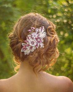 無造作なヘアースタイルにもよく合う「つまみ細工」のヘアー飾りは、スワロフスキーをたくさんつけて。