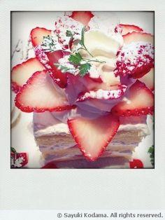 Strawberry Rose Cake Strawberry Roses, Rose Cake, Baked Goods, Panna Cotta, Baking, Ethnic Recipes, Food, Dulce De Leche, Bakken