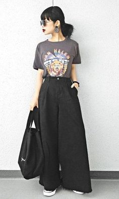 Are you looking for looks with pantaloons? Fluid and elegant, the pants are part of the most glamorous looks and became the sensation of the moment when Japan Fashion, Look Fashion, Girl Fashion, Fashion Outfits, Womens Fashion, Japanese Street Fashion, Korean Fashion, Asian Fashion Style, Japanese Minimalist Fashion