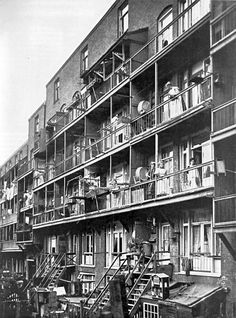 woonkazerne,,,,,,,,,,,,,,,,,,,,,,,,,,,,,,,,,,,,,,,,,,,  Sociale woningbouw. Achterzijde van een woningcomplex in -waarschijnlijk- Amsterdam, gebouwd omstreeks 1898.
