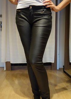 Kupuj mé předměty na #vinted http://www.vinted.cz/damske-obleceni/uzke-kalhoty/10398264-cerne-leskle-kalhoty-s-ozdobmyni-zipy